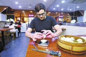 美国男子吃遍上海52家小笼包店 随身带秤测重量